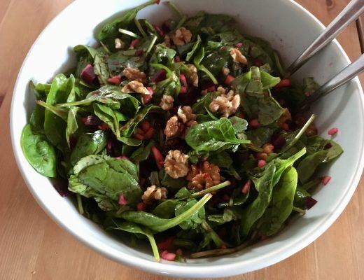 Rezepte Salat Spinatsalat mit roter Beete und Walnüssen - pflanzenbasiert - basisch - vegan - glutenfreie - vollwertig - soulfood